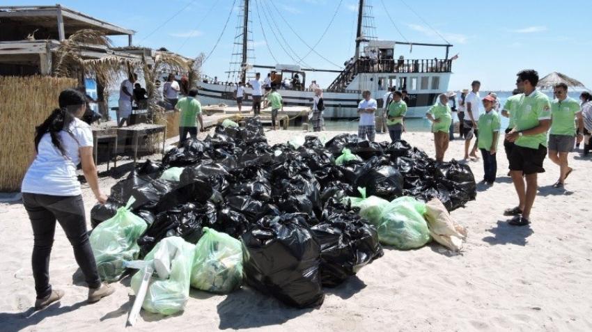 حملة نظافة كبرى بشواطئ جزيرة جربة