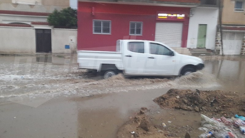 Kasserine: Les pluies diluviennes bloquent la rue Douleb