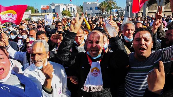 أعوان الصحة المحتجون يعطلون حركة المرور في باب سعدون