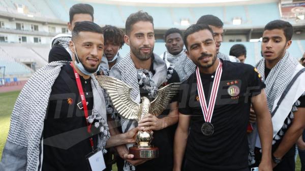 بالكوفية الفلسطينية.. التّرجي يتسلّم رمز البطولة الوطنية
