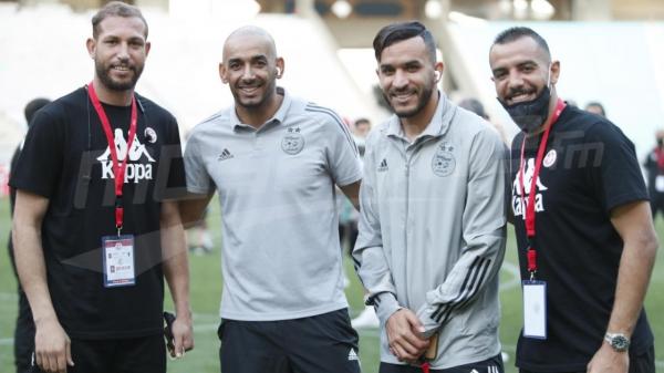 مصافحة بين لاعبي المنتخبين التونسي والجزائري