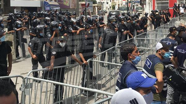 Début des manifestations devant le siège du Parlement