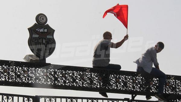 Des partisans d'Ennahdha se rassemblent devant le Parlement