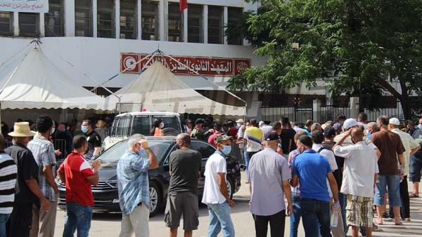 Des citoyens se font vacciner au lycée Ibn Fourat de Oued Ellil