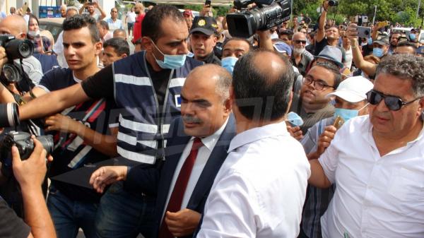 نواب يتجمّعون أمام البرلمان وسط تعزيزات أمنية