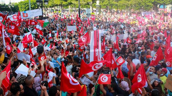 داعمون لقيس سعيّد يتظاهرون في شارع الحبيب بورقيبة
