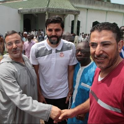لاعبو المنتخب يؤدون صلاة الجمعة في الغابون