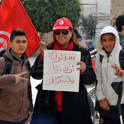 عدد من الأولياء يحتجون وينددون بتكرر إضرابات قطاع التعليم