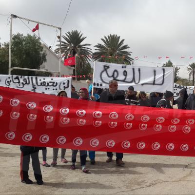 Marche à Mdhila pour revendiquer de l'emploi et l'arrêt des poursuites judiciaires contre les jeunes de la région