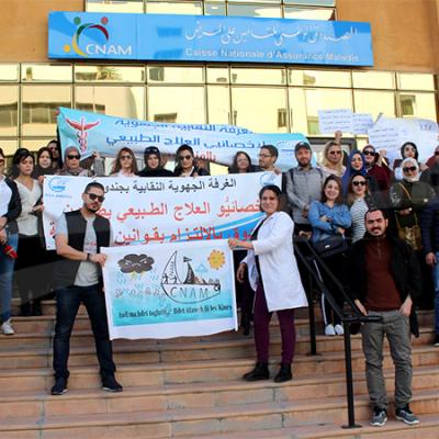 Les kinésithérapeutes protestent devant le siège de la CNAM