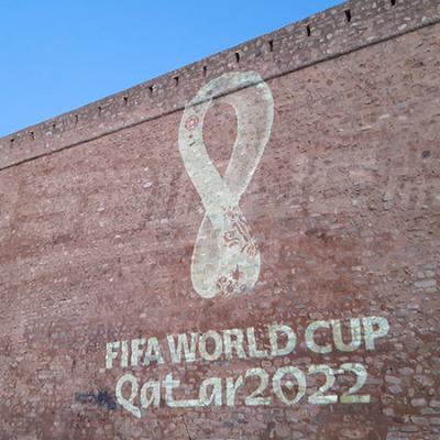الكشف عن شعار مونديال قطر 2022 على برج الحمامات