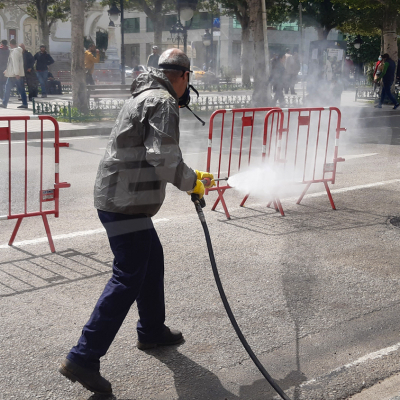 La désinfection des rues de Tunis se poursuit