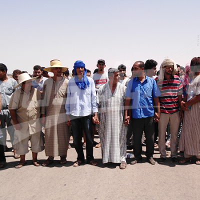 Marche vers le poste frontalier de Dehiba