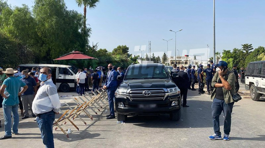 راشد الغنوشي لا يزال في سيارته أمام البرلمان