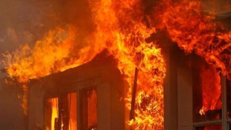 قتله خلال جلسة خمرية: عائلة القتيل تحرق منزل القاتل