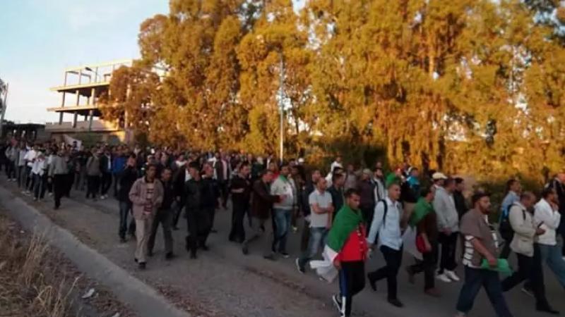 متقاعدو الجيش الجزائري يخرجون في مسيرة
