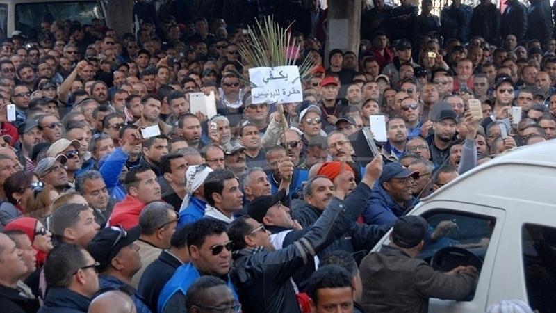 الأمنيون في وقفة غضب في القصبة بعد وفاة زميلهم حرقا في سيدي بوزيد