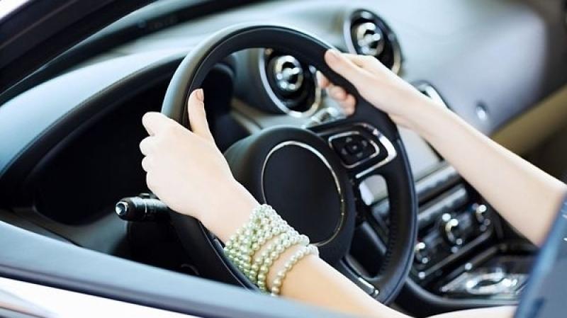 طفلة تقود