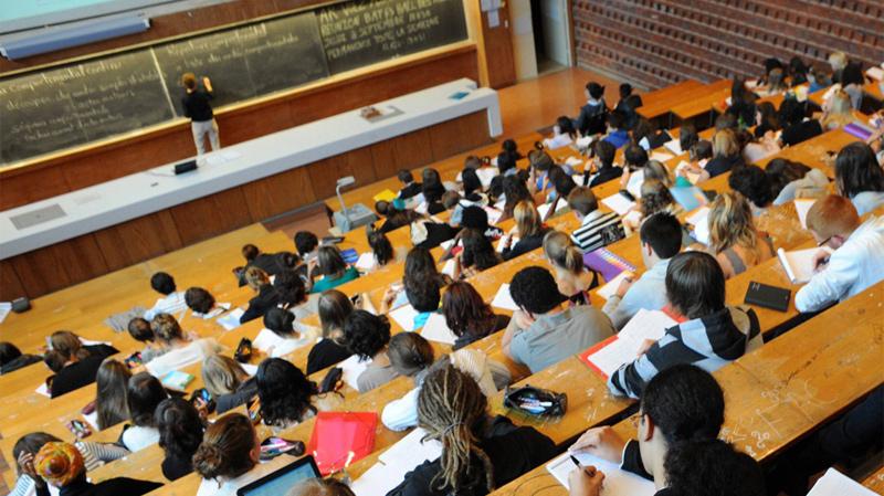 انخفاض عدد الطلبة بالجامعات العمومية مقابل ارتفاعه بالمؤسسات الخاصة