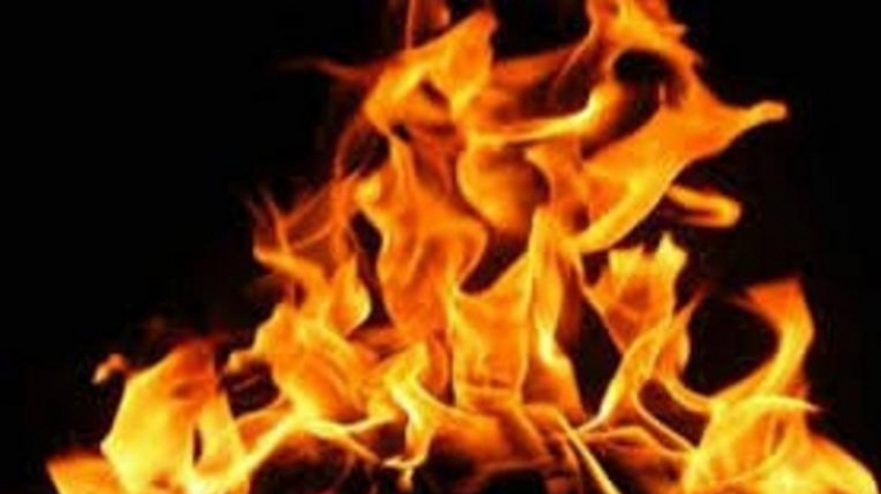 فتاة في العقد الثالث تضرم النار في جسدها
