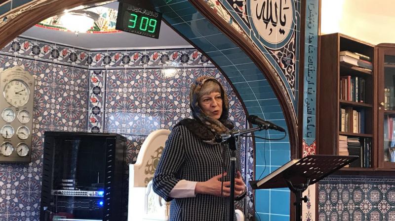 تيريزا ماي بالحجاب : 'فرصة ثمينة للتعرف على دين السلام..'