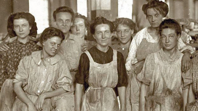 الصورة لعاملات في مصنع نسيج في أمريكا