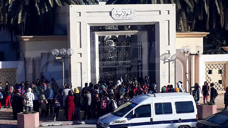 سيدي بوزيد:أولياء تلاميذ مدرسة 'الطيب المهيري' يحتجون أمام مقر الولاية