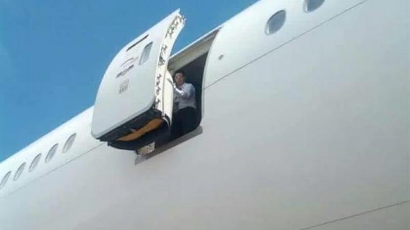 مقتل مضيفة طيران 'الإماراتية' بعد سقوطها من الطائرة