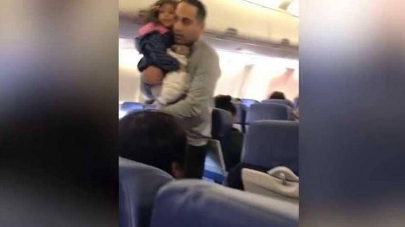 أصرّت طفلته على الجلوس في حضنه.. فطُرد من الطائرة !