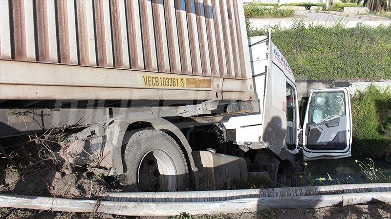 اختناق مروري بالعاصمة:تفاصيل اصطدام سيارتين وانزلاق شاحنة ثقيلة