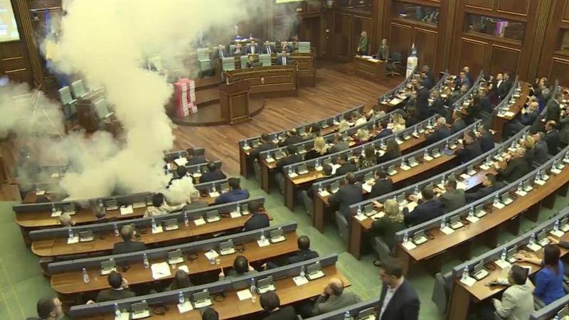 غاز مسيل للدموع داخل برلمان كوسوفو