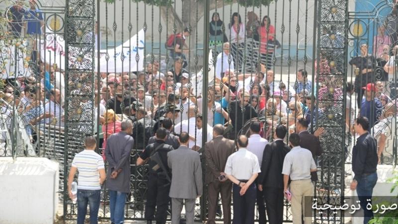 'أولياء غاضبون' يحتجون أمام البرلمان