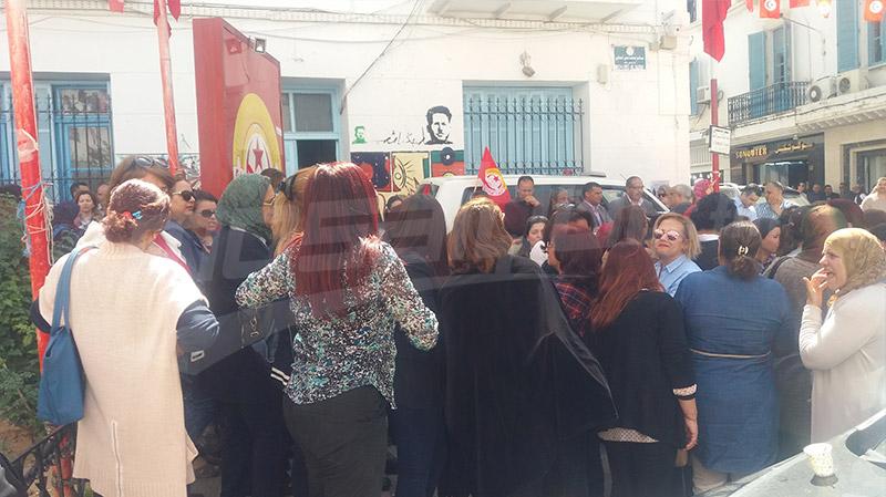 أولياء أمام مقر الاتّحاد لمساندة جامعة الثانوي