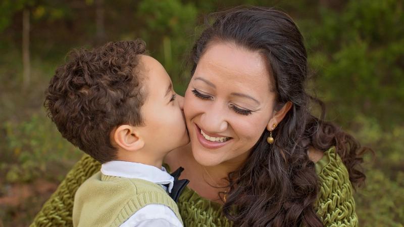 قبلة على جبين الأمهات بمناسبة عيدهن: كلّ عام وأنت بخير أمي