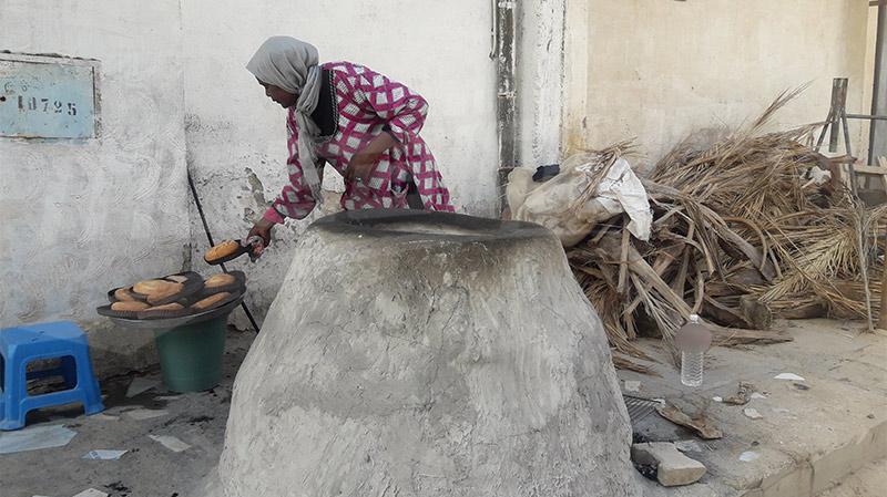 'خبز الطابونة' يكتسح حي القطعاية بتوزر