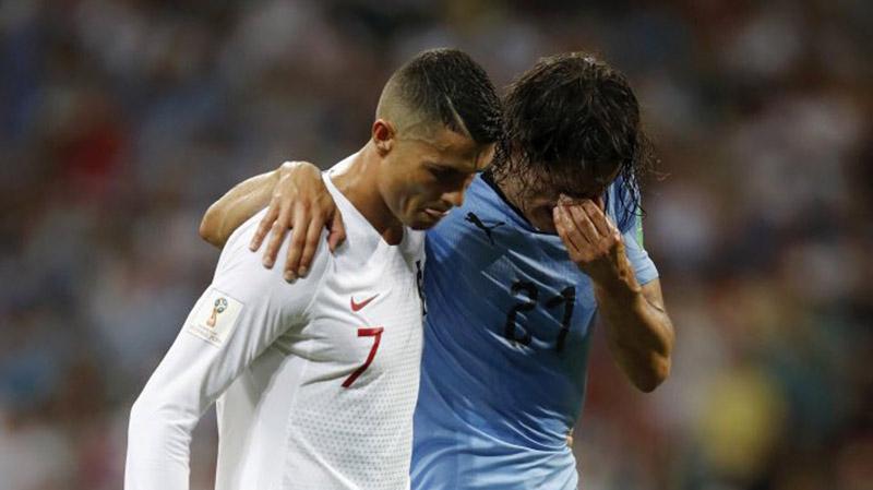 لقطة المباراة : رونالدو يساعد كافاني المصاب على مغادرة الملعب