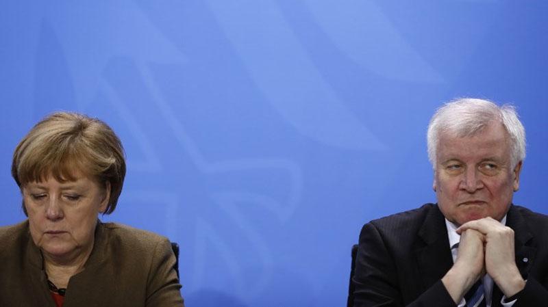 وزير الداخلية الألماني يعرض استقالته