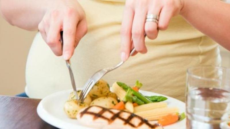 دراسة: تناول العشاء متأخرا قد يصيب بالسرطان