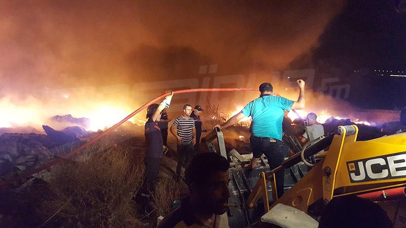 شاحنات عسكرية تعزز سيارات إطفاء حريق حي الخضراء