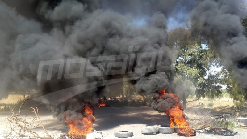 سوسة: أهالي 'السويح' يغلقون الطريق ويشعلون العجلات المطاطية
