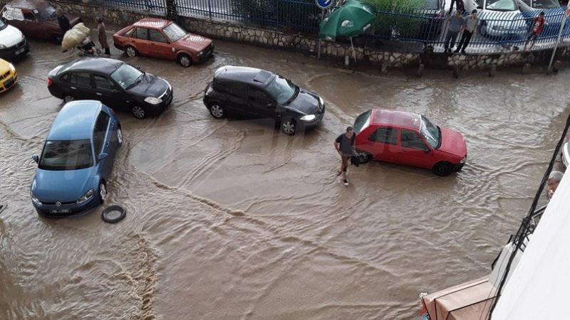 أمطار غزيرة تعطّل حركة المرور بالعاصمة وعدة مناطق