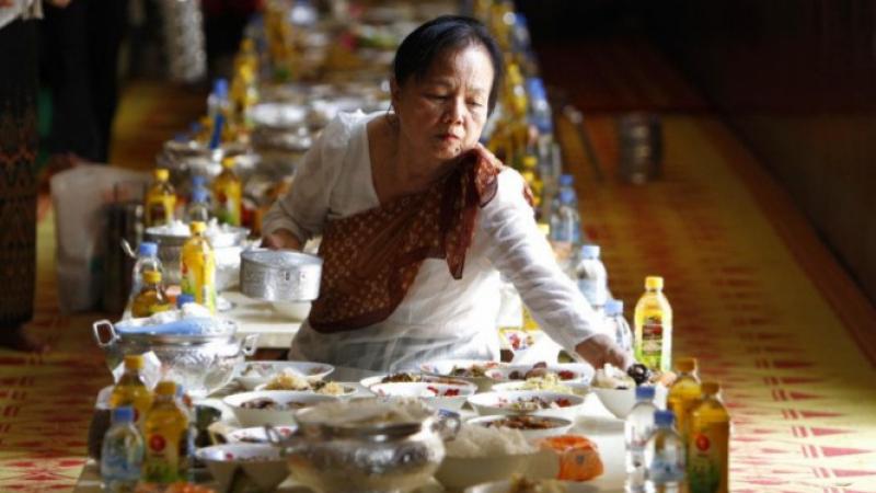 في كمبوديا يطعمون أرواح الموتى في مهرجانهم
