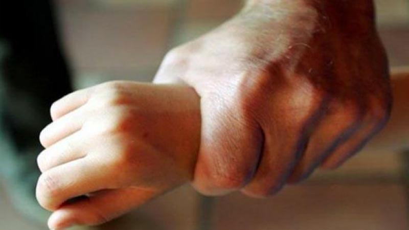 صفاقس: أب يعتدي على طفله ذي الـ3 سنوات بآلة حادة !!