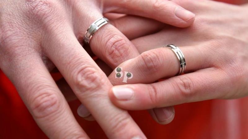 تحت شعار 'كل ما نحتاجه هو أن نتزوج'.. حبيبان يقيمان حفل زفاف عاريين!