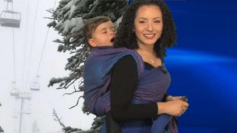 مقدمة النشرة الجوية تظهر حاملة طفلها على ظهرها