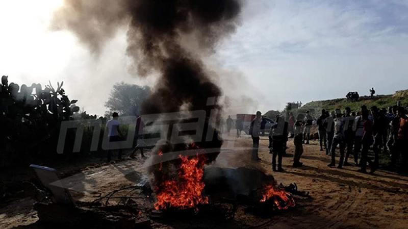 دار شعبان الفهري: محتجون يغلقون الطريق ويمنعون وصول مربين إلى مدارسهم