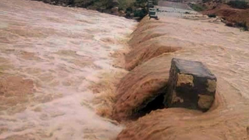 إنقاذ سيدتين علقت سيارتهما جراء ارتفاع منسوب مياه وادي في بني خلاد