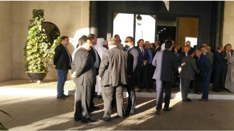 الجزائر: النواب يغلقون مقر البرلمان ويمنعون رئيسه من الدخول