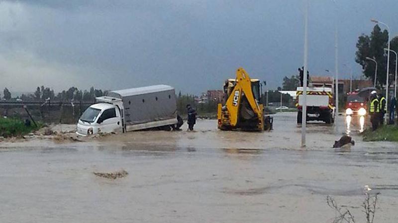 القصرين:الحماية تنقذ 5 أشخاص علقت عربتهم بوادي بمنطقة العويجة