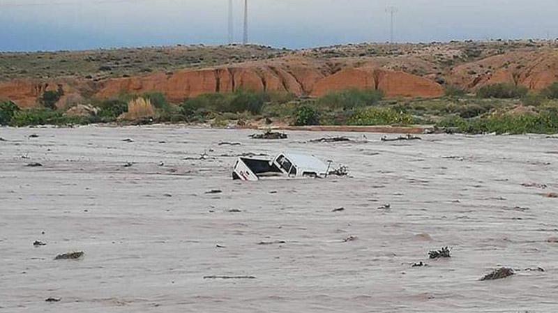 الرديف: اخراج سيارة جرفتها السيول من أحد الأودية